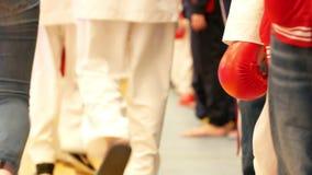 Gå partisipants i kimono på karatetornamenten lager videofilmer