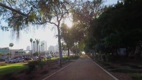 Gå perspektiv på Beverly Hills Park Path lager videofilmer