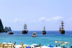 Gå segling ankras skepp för havsutfärder mitt emot stranden Antalya, Turkiet Royaltyfri Foto