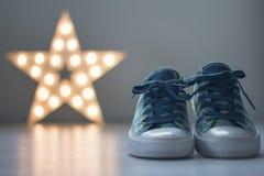 Gå skor med stjärnan i bakgrund royaltyfri foto