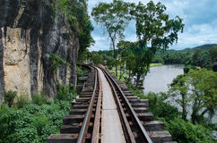 Gå slingaatDeathjärnvägen på den Krasae grottastationen, Kanchanaburi, Thailand Royaltyfri Bild