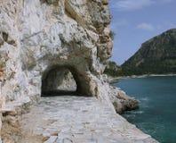 Gå slingan bredvid havet i Nafplio. Arkivfoton
