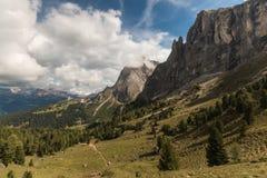 Gå spåret över forested lutning i Dolomites Arkivbild