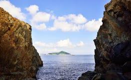 Gå till ön från klippan Arkivbilder