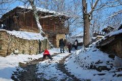 Gå till byn i Bulgarien Royaltyfri Bild