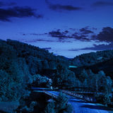 Gå till naturthroug bron på natten Royaltyfria Bilder