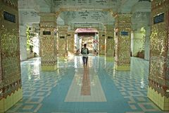 Gå till och med de bedöva korridorerna av pagoden för Su Taung Pyae ovanför Mandalay i Myanmar royaltyfri bild