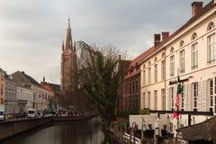 Gå till och med de gamla härliga gatorna av den forntida staden Royaltyfria Foton