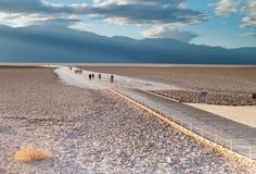Gå till och med Death Valley Arkivbild