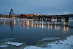 Gå till och med den forntida staden av Pskov i vinter Royaltyfri Foto