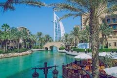 Gå till och med det konstgjort parkerar i Dubai 03 11 2015 Det stort Arkivbilder