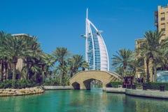 Gå till och med det konstgjort parkerar i Dubai 03 11 2015 Det stort Arkivbild