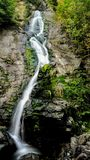 Gå till och med en underbar bergskog, upptäckte jag en ursnygg vattenfall som faller från en betydlig höjd av 20 M fotografering för bildbyråer