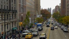 Gå till och med gatorna av New York, Manhattan Livet av New York i eftermiddagen Gator och stadsbyggnader royaltyfri foto