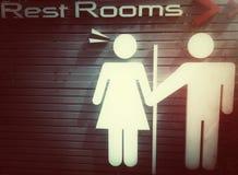 Gå till toaletten tillsammans Arkivfoto