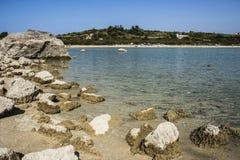 Gå tillbaka vatten på sjön Kournas, Kreta, Grekland Fotografering för Bildbyråer