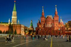 Gå turister på natten på röd fyrkant Arkivbild