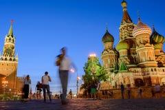 Gå turister på natten på röd fyrkant Arkivfoton