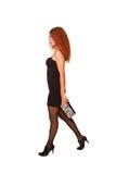 Gå ung rödhårig kvinna Arkivbild