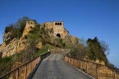 Gå upp in mot Civita di Bagnoregio arkivfoton