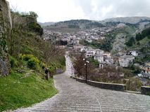 Gå upp slottkullen, Gjirokaster, Albanien royaltyfria foton