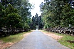 G? upp till porten p? Angkor Wat arkivbilder