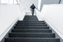Gå uppför trappan inomhus arkivfoton