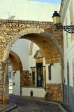 Gå ut bågen till och med den omgeende väggen ut ur Faro den gamla staden Arkivbild