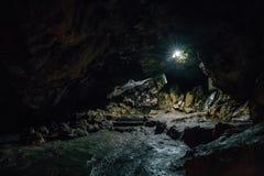 Gå ut från den stora mörka läskiga underjordiska grottan i form av tunnelen arkivbilder