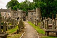 Gå ut från domkyrkan för St Machar och kyrkogården, Aberdeen, Skottland Arkivfoton