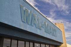 Gå ut från WalMart Arkivbild