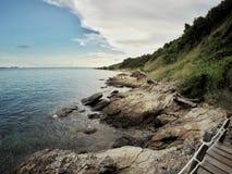 Gå vägen bredvid havet på den Khao Laem nationalparken Fotografering för Bildbyråer
