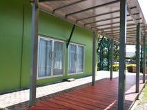 Gå vägen i grönt hus Arkivfoton