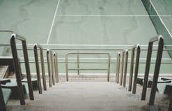 Gå vägen på tennisstadion Arkivfoto