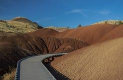 Gå vägen till och med målade kullar Arkivfoto