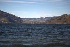 Gå vid sjön royaltyfria foton