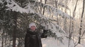 gå vinter för flickapark Nollställer snön från träden Underhållning utomhus i vintern arkivfilmer