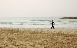 gå vinter för strand Arkivfoton