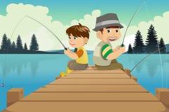 Gående fiska för fader och för son i en sjö Arkivbild