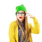 Gående galet för rolig Hipsterflicka som isoleras på vit arkivbild