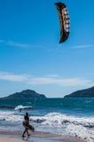 Gående kiteboarding för man Royaltyfria Bilder