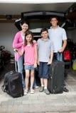 gående lycklig ferie för familj arkivbilder