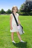 gående lycklig skola för flicka till royaltyfri bild