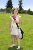 gående lycklig skola för flicka till royaltyfria bilder