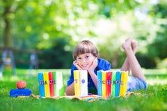 gående lycklig skola för tillbaka pojke till Royaltyfri Fotografi