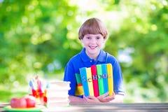 gående lycklig skola för tillbaka pojke till Royaltyfri Foto