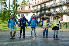 gående lycklig ungeskola till Royaltyfria Foton