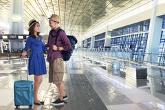Gående semester för lyckliga asiatiska par med resväskor och påsen Arkivbilder