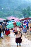 Gående shoppa på canCau marknad, Y Ty, Vietnam Arkivbilder