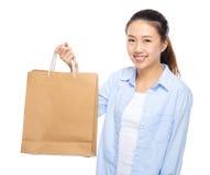 gående shopping för flicka arkivfoto